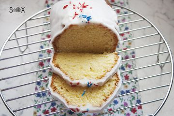 Fette di torta Iced lemon pound cake