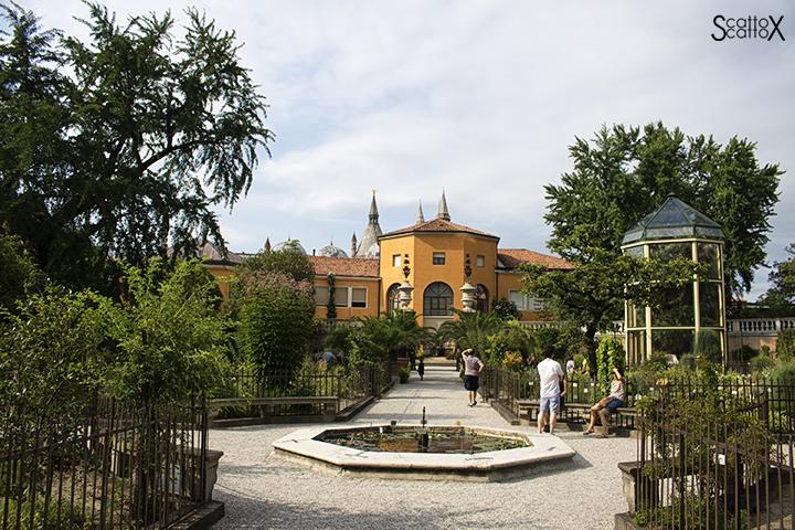 Orto Botanico di Padova: parte antica e serra ottagonale contenente la Palma di Goethe