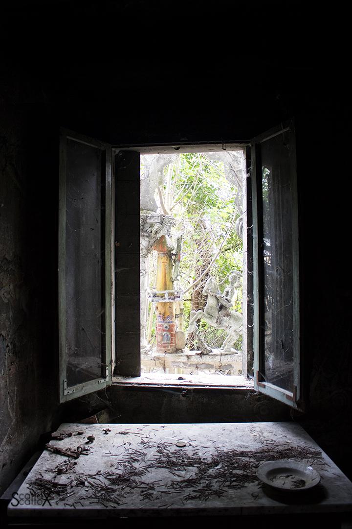 La casa delle favole di Nelly e Alice: il tavolo da lavoro di fronte alla finestra