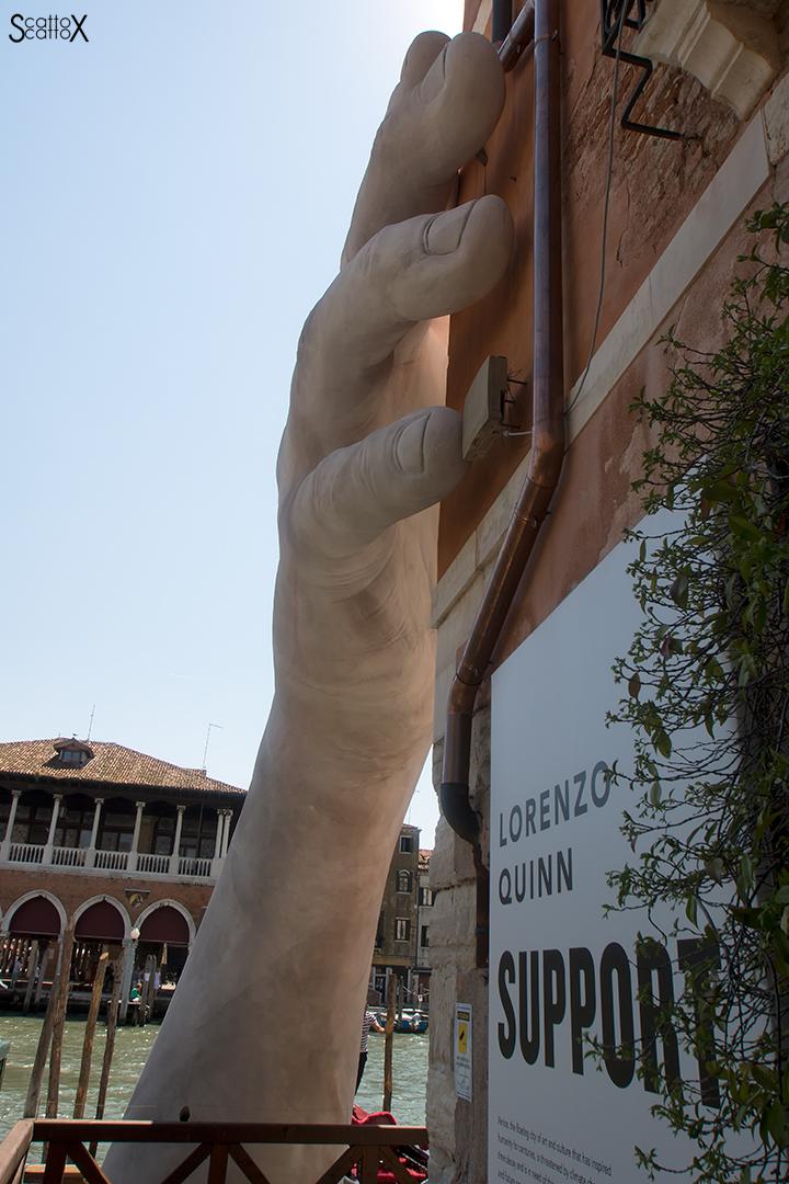 """Una passeggiata a Venezia: l'opera """"Support"""" di Lorenzo Quinn"""