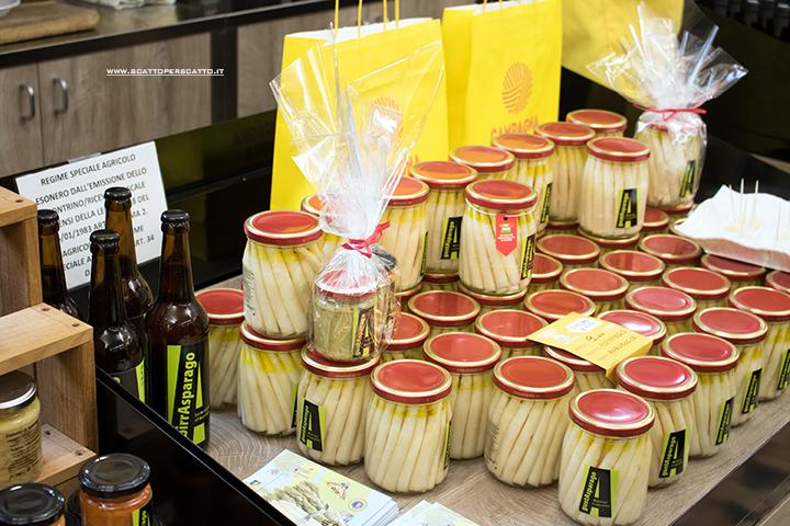 Mercato coperto di Riviera Santa Margherita: asparagi conservati