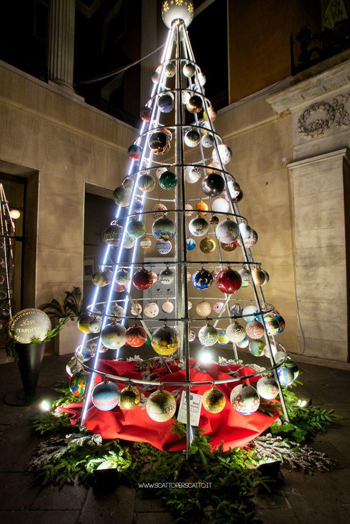 """Natale a Padova 2018 - L'albero di ceramica con le sfere realizzate dalla """"Confraternita dee Bae"""""""