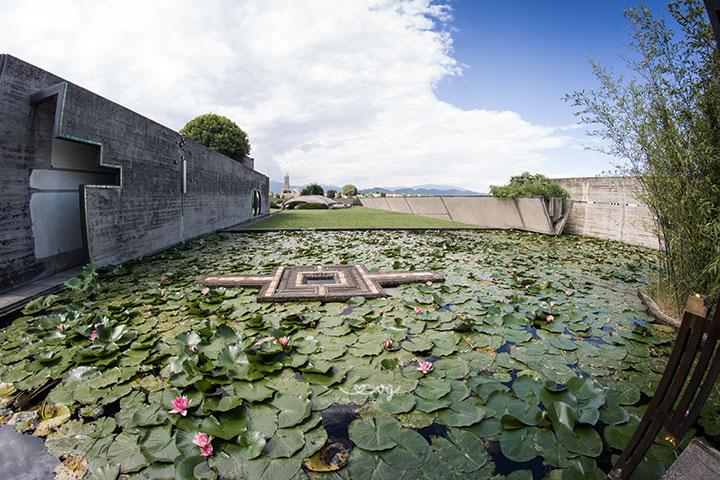 Tomba Brion: vista completa della vasca d'acqua