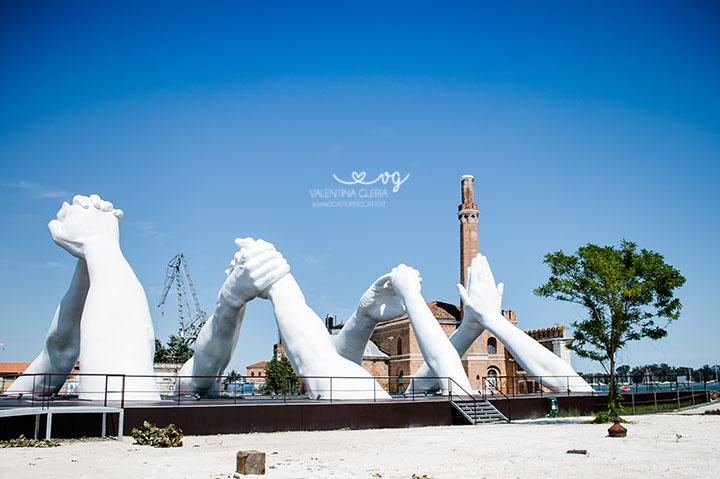 Building Bridges: come vedere l'opera di Lorenzo Quinn a Venezia. Vista dell'opera