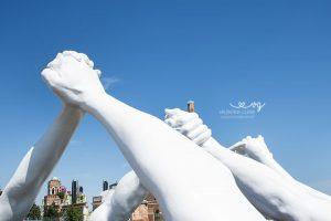 Building Bridges a Venezia: come vedere l'opera di Lorenzo Quinn
