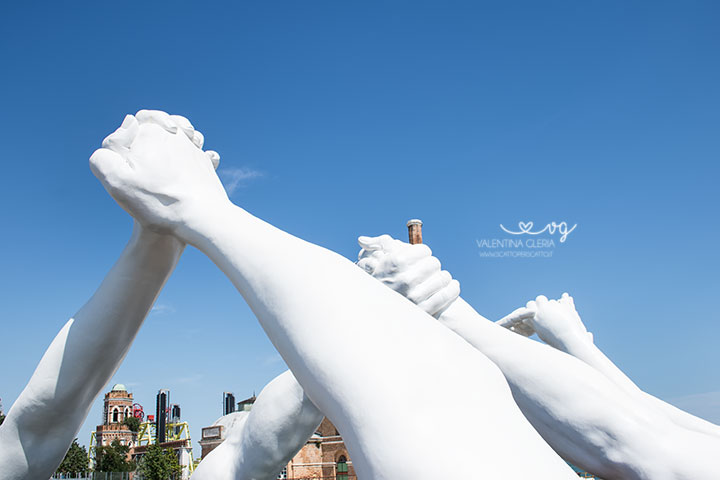 building_bridges_venezia_vedere_opera_lorenzo_quinn_07