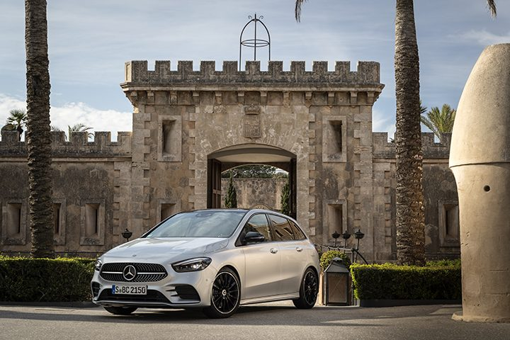 Mercedes-Benz B 200 d; iridiumsilber; AMG Line; Ledernachbildung ARTICO/Mikrofaser DINAMICA schwarz; (Kraftstoffverbrauch kombiniert 4,5-4,2 l/100 km, CO2-Emissionen kombiniert 119-112 g/km) //  Mercedes-Benz B 200 d; iridium silver; AMG Line; Man-made leather ARTICO/microfiber DINAMICA black; (fuel consumption combined 4.5-4.2 l/100 km, CO2 emissions combined 119-112 g/km)